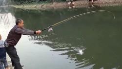 老人带孙子去钓鱼,孙子你是来捣乱的吗?鱼儿都被你吓走了