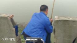 钓友门前围墙外就是自留地,想钓鱼了就在口子上垂钓、轻松上鱼叹息好地方