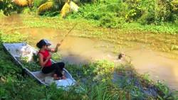 农村女孩河滨钓鱼,这一条黑鱼太大了,双手都抓不外来了