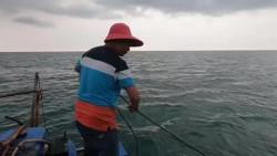 海上钓鱼锚一定要紧,否则就会像这样,鱼挂在上面受了伤卖不了高价!