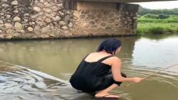 玉人在河滨钓鱼,竟遇到行走的艺术,真是太搞笑了!