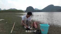 农村小伙搞野发现水面有鱼跳,打一杆路亚下去,没想到中了大黑鱼