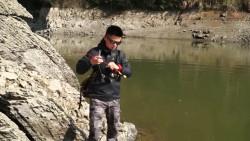 野外钓鱼,又细又软的小鱼竿,遇感受要断了