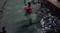 苏珊妮游泳