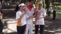 大运会火炬深圳站传递开始 - 大家都抢著跟朱鼎健博士拍照呢(一)