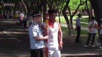 大运会火炬深圳站传递开始 - 大家都抢著跟朱鼎健博士拍照呢(二)