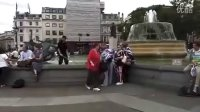 杨幂在伦敦特拉法加广场