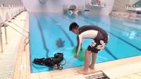 创意潜水ALS冰桶挑战,FM950黎松水下邀请三位好友参与挑战