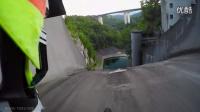 帥斃了山地車從60多米高近乎垂直的大壩坡面俯沖而下
