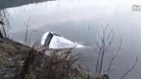 湖北鄂州一客车不慎落入湖中