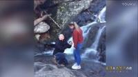 美国小伙瀑布前浪漫求婚 幸福拥吻后戒指不慎落水