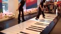 """两位大神用玩具店的脚踏钢琴演奏巴赫名曲""""D小调托卡塔与赋格"""""""