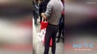 实拍潮汕运钞车丢下200万现金大钞 警察已到场处理