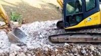 挖掘机修路视频