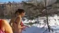 人人分享-挪威妈妈冬天给婴儿在雪地里洗澡