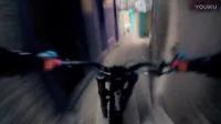 騎山地車在城市樓梯上玩速降 眩暈感十足