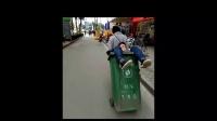 男子酒醉饭饱 不省人事 妻子用垃圾桶拉他回家