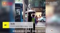 大雨中女孩为交警默默撑伞,感动整个朋友圈