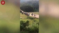 惊险!江西一晃桥因游人过多被压塌 20多人险坠桥.