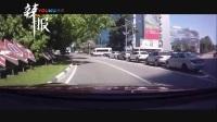 俄车辆拐弯将孩子甩出 其母竟未察觉