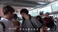 现场:井柏然机场倦意满满 粉丝狂索签名照