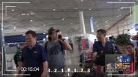 """现场:赵雷脚踩潮靴""""狂野范""""  机场不语一路煲电话"""