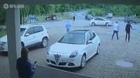 实拍小车高速转弯后失控 和迎面驶来的轿车擦撞