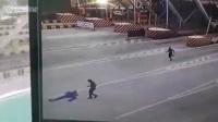 太可恶!实拍轿车过收费站时撞上工作人员后逃逸
