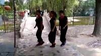 太康公园三美眉一曲鬼步跳了8个景点!摄:东方红17年6月23日。
