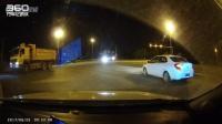 这司机,不加速,愣那里等撞……
