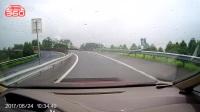 雨天路滑,小心驾驶!别喷我,行车记录仪视觉问题!当时车速60,没压线!纯属没有ESP的原因,侧滑!
