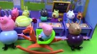 粉红猪小妹与比得兔一起玩愤怒的小鸟玩具