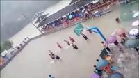 球场变泳池 运动员暴雨中淌水打球