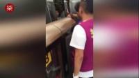 实拍两人北京地铁站打架 致地铁门多次开合