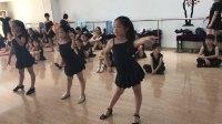 南京新辉业余少儿拉丁舞班的小不点跳伦巴基本动作