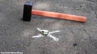 用锤子砸1000度金属球, 结果会怎样?