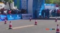 实拍川妹子跑马拉松体能耗尽 爬过最后两米感动全场