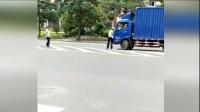 实拍交警拦截可疑车辆 遭货车拖行碾压痛苦惨叫