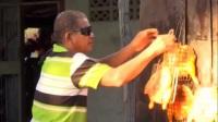泰国大叔用太阳光烤鸡 获大学荣誉学位