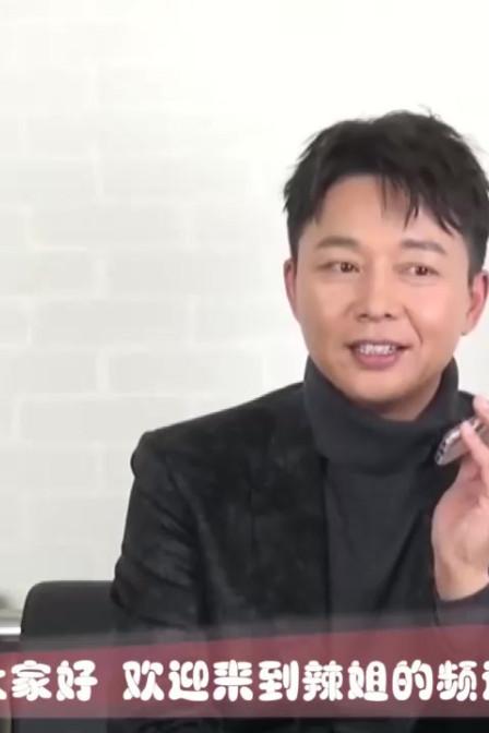 因得罪人10年没戏拍 49岁刘奕君搭档胡歌爆红 儿子高大帅气