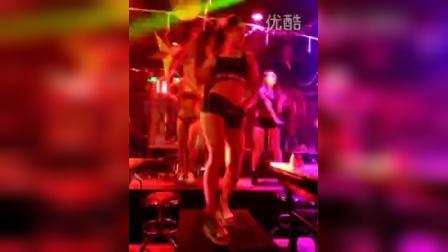 在娱乐酒吧看美女跳舞蹈非常精彩
