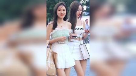 街拍:两个短裙小姐姐手挽手走来,谁更时尚谁更美?