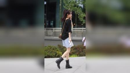 街拍爱笑的女孩子走在街头,回头率也一定很高