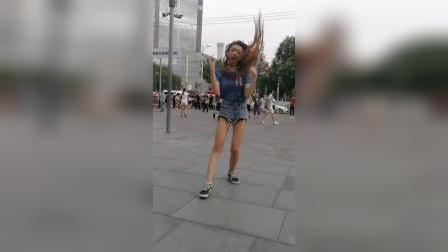 偶遇美女三里屯街拍舞蹈,大家看看这个舞曲还