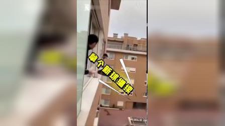 """开完""""阳台音乐会""""又开运动会 意大利人民在窗外打起网球 via@全球眼News"""