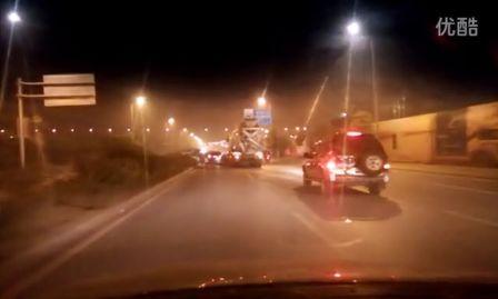 [拍客]大车强行并道 导致小车被撞翻了个头
