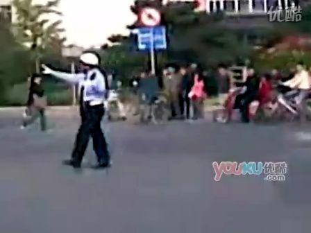 [拍客]最牛交警边指挥边跳恰恰