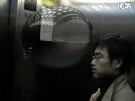 电梯里(预告片)一个尴尬的故事