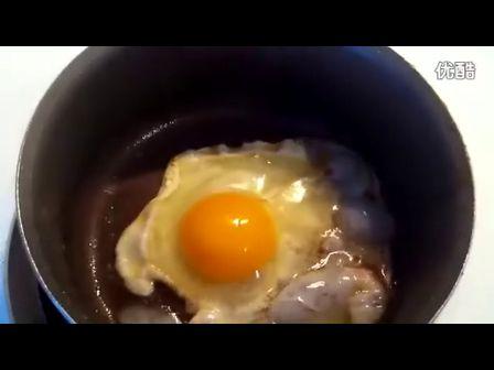 煎蛋单面!儿子饿了老爸亲自动手!